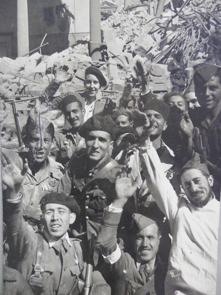 Toledo a a finales de septiembre o comienzos de octubre de 1936 tras la entrada de las tropas franquistas. Fotografía de Claudek, pseudónimo de la condesa Claude-Marguerite de Kinnoull. Museo de los Mártires Claretianos de Barbastro.