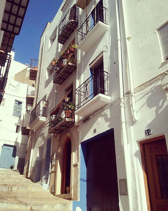 Rincones de Peñíscola. Algo que no debes dejar de hacer es perderte por su casco antiguo. #peñiscola #igerpeñiscola #castellon #phonephoto #costaazahar #mediterraneo