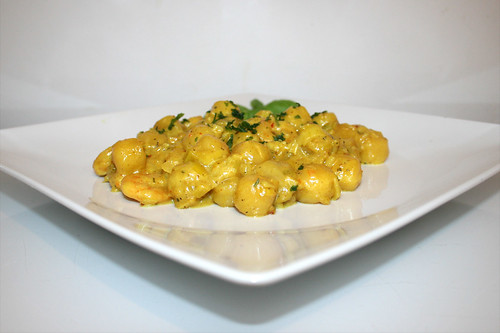 34 - Gnocchi leek skillet with curry shrimps - Side view / Gnocchi-Lauch-Pfanne mit Curry-Garnelen - Seitenansicht