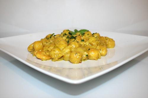 34 - Gnocchi leek skillet with curry shrimps - Side view / Gnocchi-Lauch-Pfanne mit Curry-Garnelen - Seitenansicht