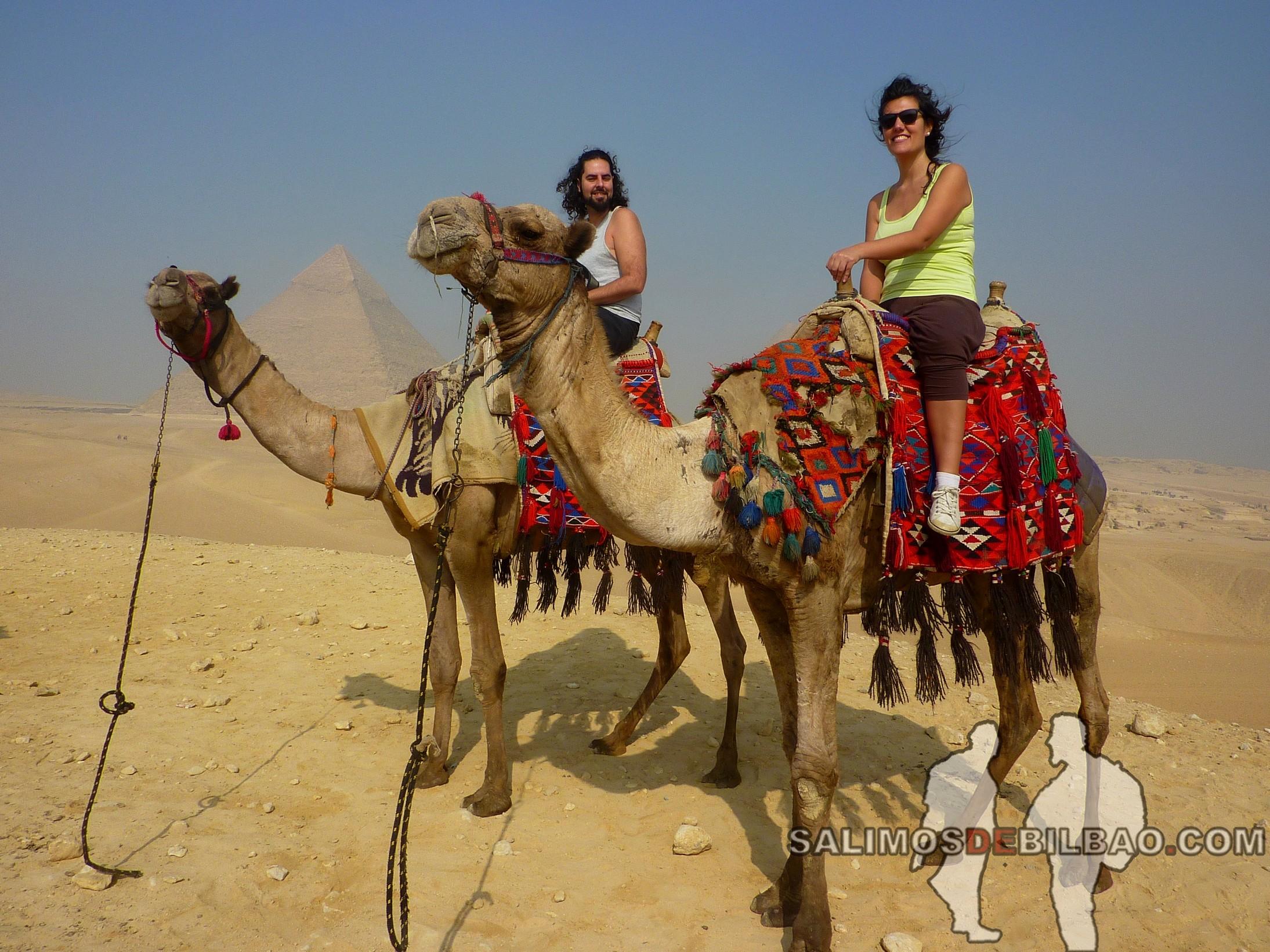 0091. Katz y Saioa en Camello, Pirámides de Giza