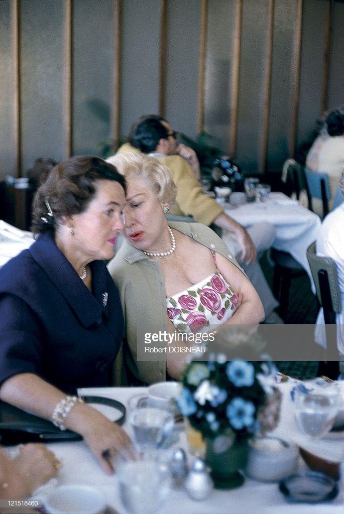 1960. Палм-Спрингс. Женщины разговаривают за столиком