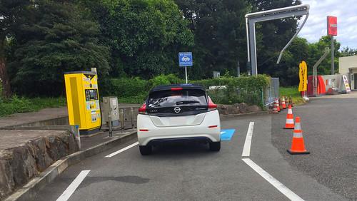 九州自動車道 宮原SA(下り)で急速充電中の日産リーフ(40kWh)