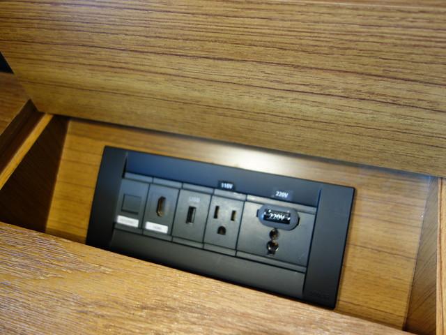 書桌上隱藏式的充電插座@高雄H2O水京棧國際酒店