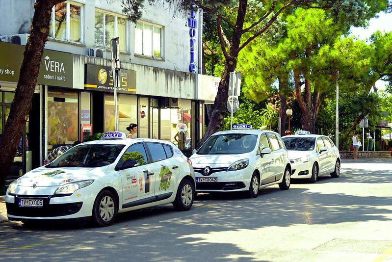 Машины такси на улице Тивата