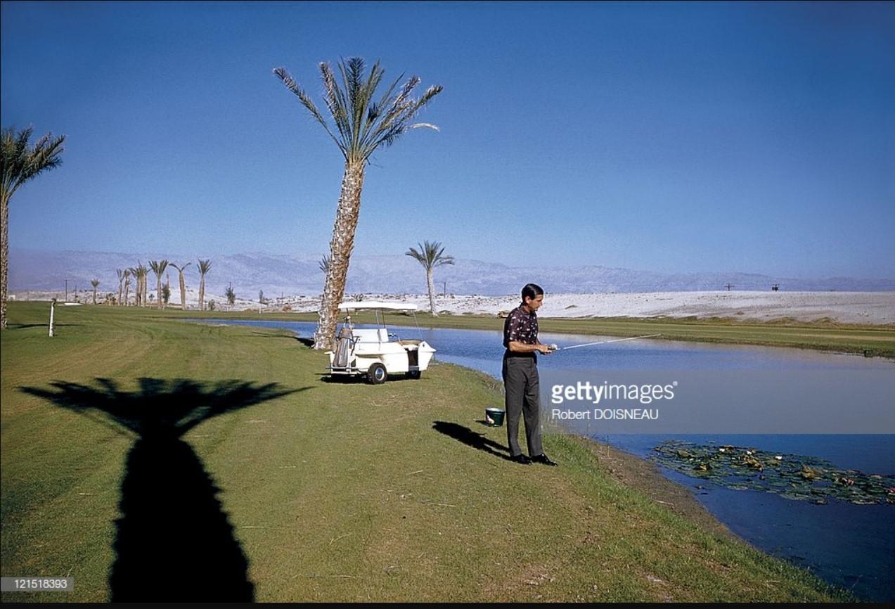 1960. Палм-Спрингс. Рыбак на поле для гольфа