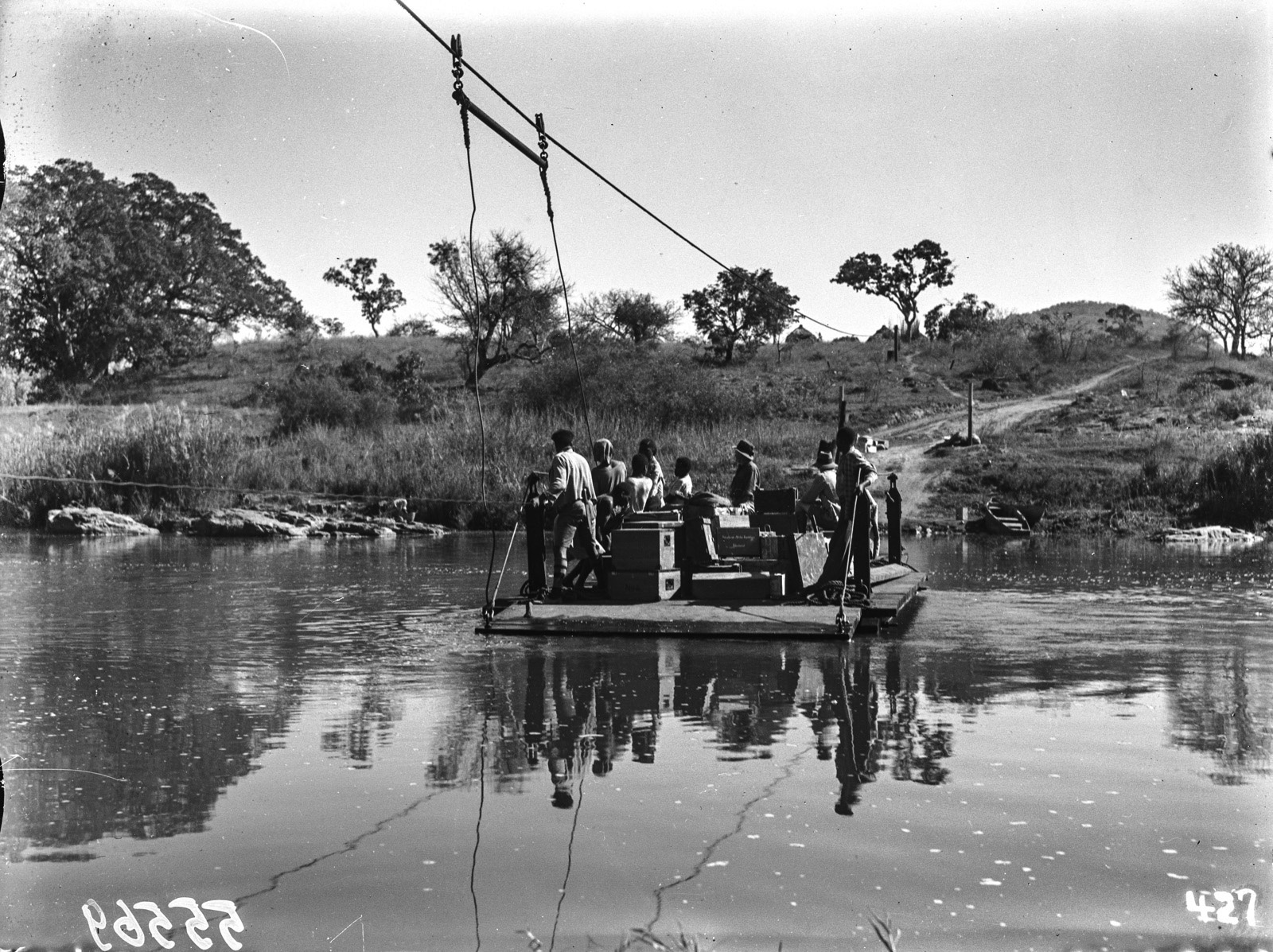 Малалане. Реакционный паром, используемый для перевозки через реку.  Перевозится имущество экспедиции