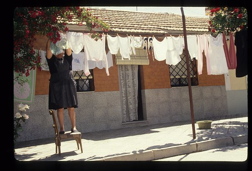 En el Barrio del Pilar, las amas de casa siguen tendiendo la ropa en la calle.