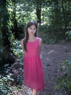 Jeune fille dans le bois