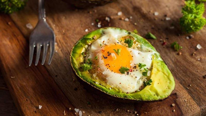 Di antara makanan untuk cara diet keto, alpukat dan telur mengandung lemak yang baik.