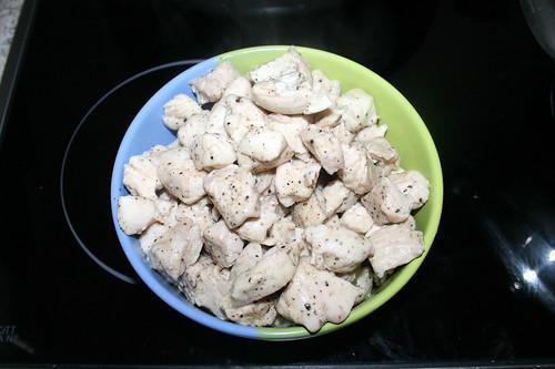 31 - Hähnchenbrustwürfel aus Pfanne entnehmen / Remove diced chicken from pan
