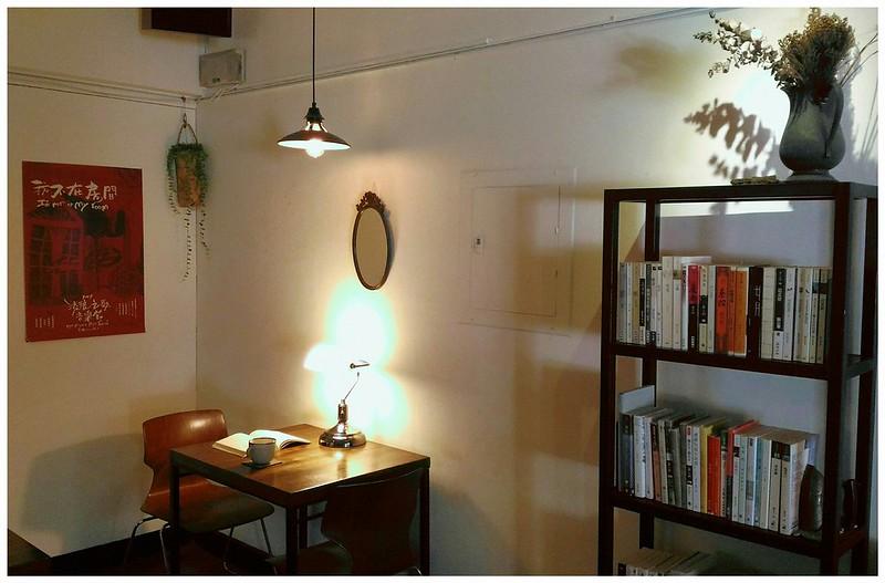 貳月書架陳列阿姊仔私心喜愛的文學、雜誌和咖啡書籍,給人寧靜感受。圖/取自貳月咖啡粉專。