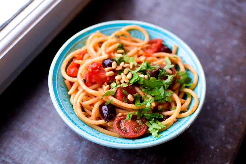 Vegansk spaghetti puttanesca från sidan