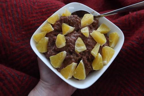 Frühstücksbrei aus frisch geflocktem Dinkel, Kakao und Orangenstückchen
