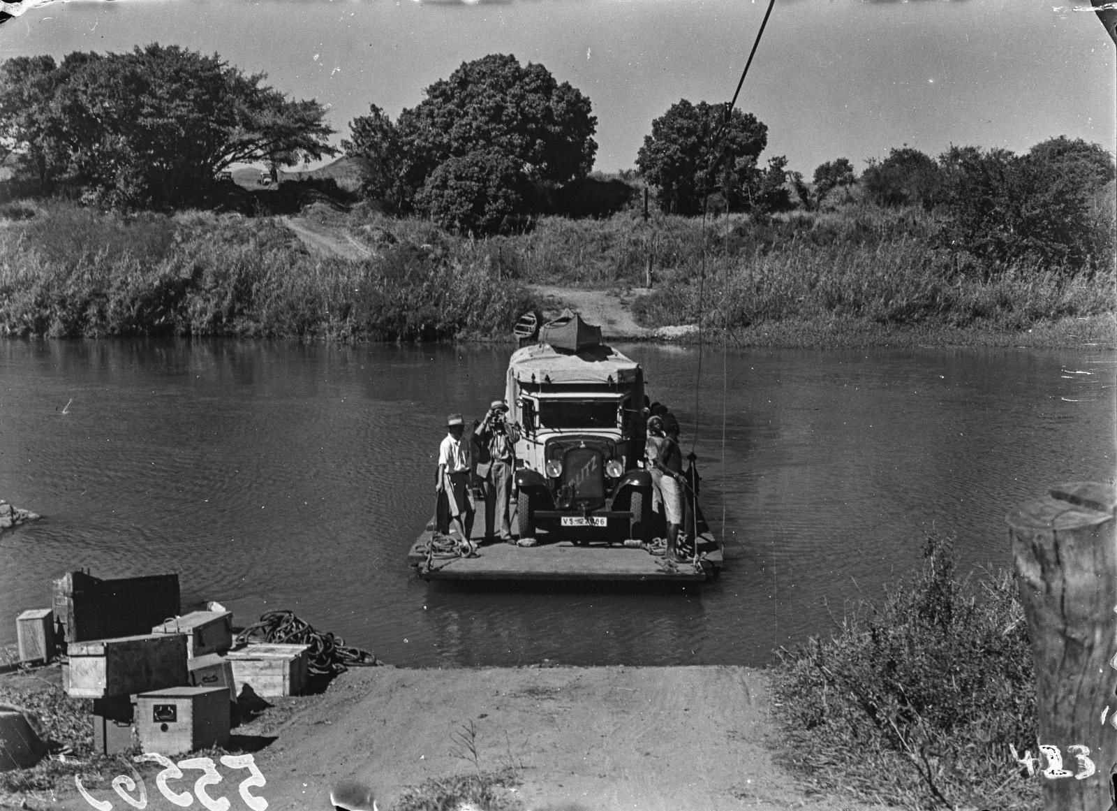 Малалане. Реакционный паром, используемый для перевозки через реку.  Перевозка грузовика