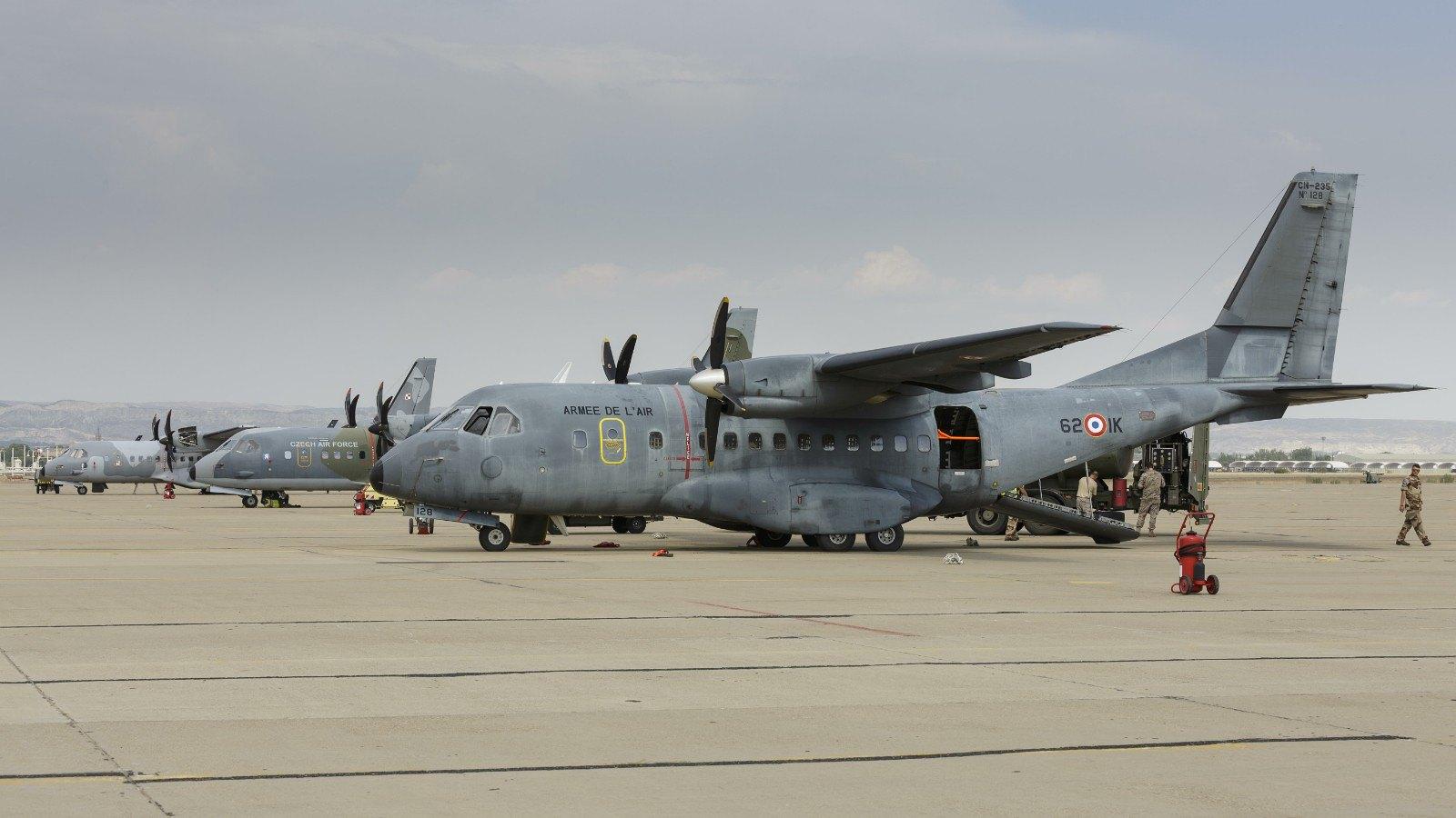 Aviones de transporte en la plataforma de la Base Aérea de Zaragoza