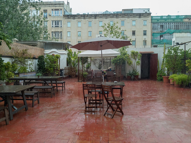 Terrasse des Hostels bei einem Regenschauer