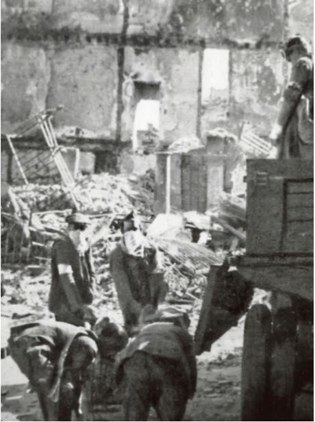Recogiendo cadáveres en Zocodover a finales de septiembre de 1936. Fotografía de Léon de Poncins.