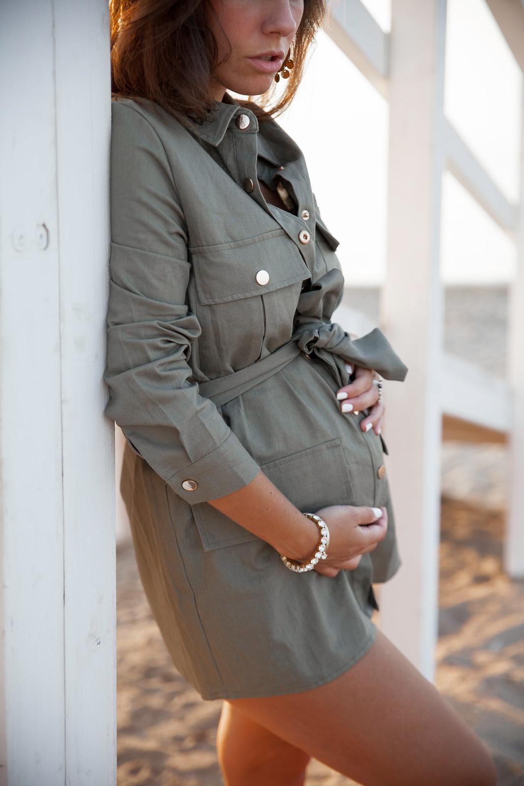 outfit inspiracion embarazada 6 meses como combinar parka verde diferente vestido khaki loavies nueva coleccion otoño 2018 2019 influencer embarazada barcelona theguestgirl laura santolaria