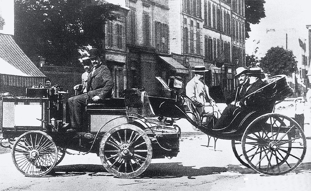 Jules-Albert, Count de Dion finished first in a steam powered De Dion tractor towing a caléche carriage, but was not eligible for the prize. Among the passengers are the Count de Dion, Baron Étienne van Zuylen van Nyevelt-Rothschild, and writer Émile Driant.