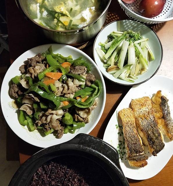 20180918 ✓香煎鱸魚 ✓青椒肉片 ✓蒜炒小白菜 ✓韭菜花蛋湯 ✓鍋煮黑糙米飯 #葛蘿的餐桌