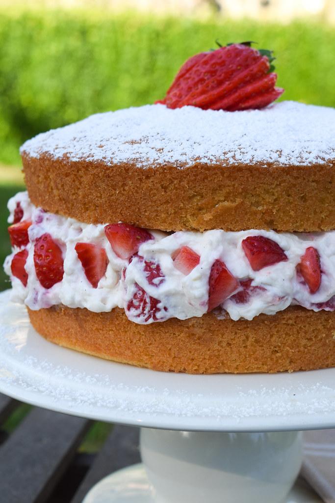 Eton Mess Victoria Sandwich Cake #cake #etonmess #victoriasandwich #victoriasponge #dessert #strawberries #meringue #summer