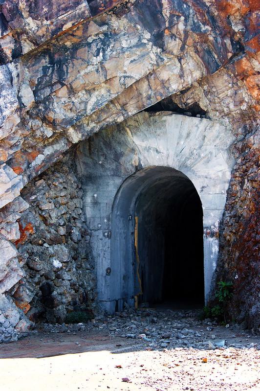 Вход в горе внутрь Дока