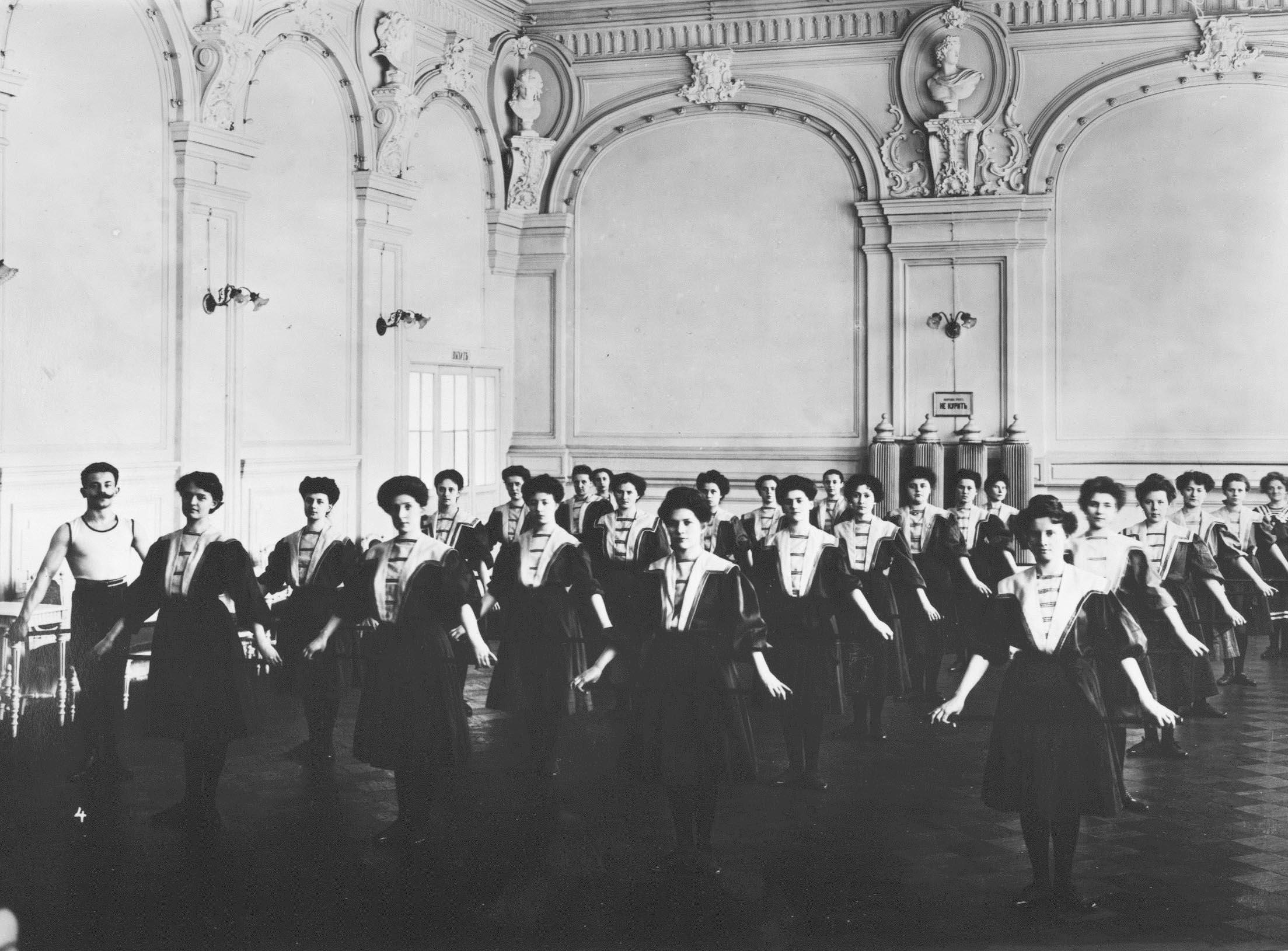Женская группа на занятиях. Петербург, 1907.