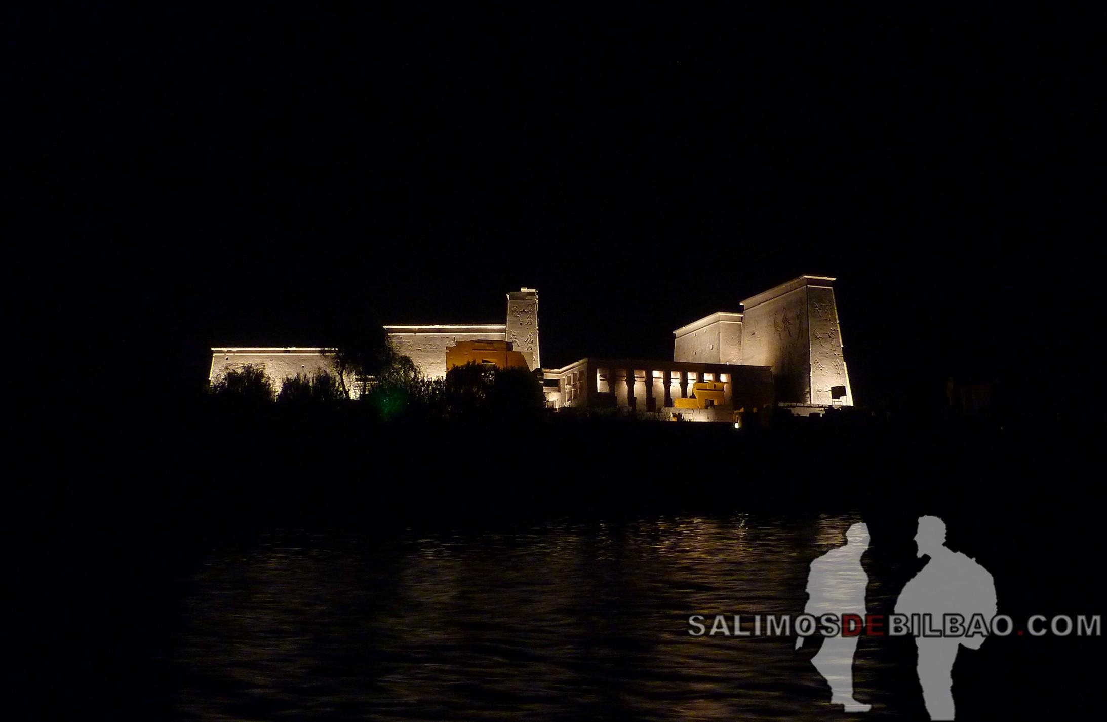 0541. Templo de Philae iluminado, Aswan