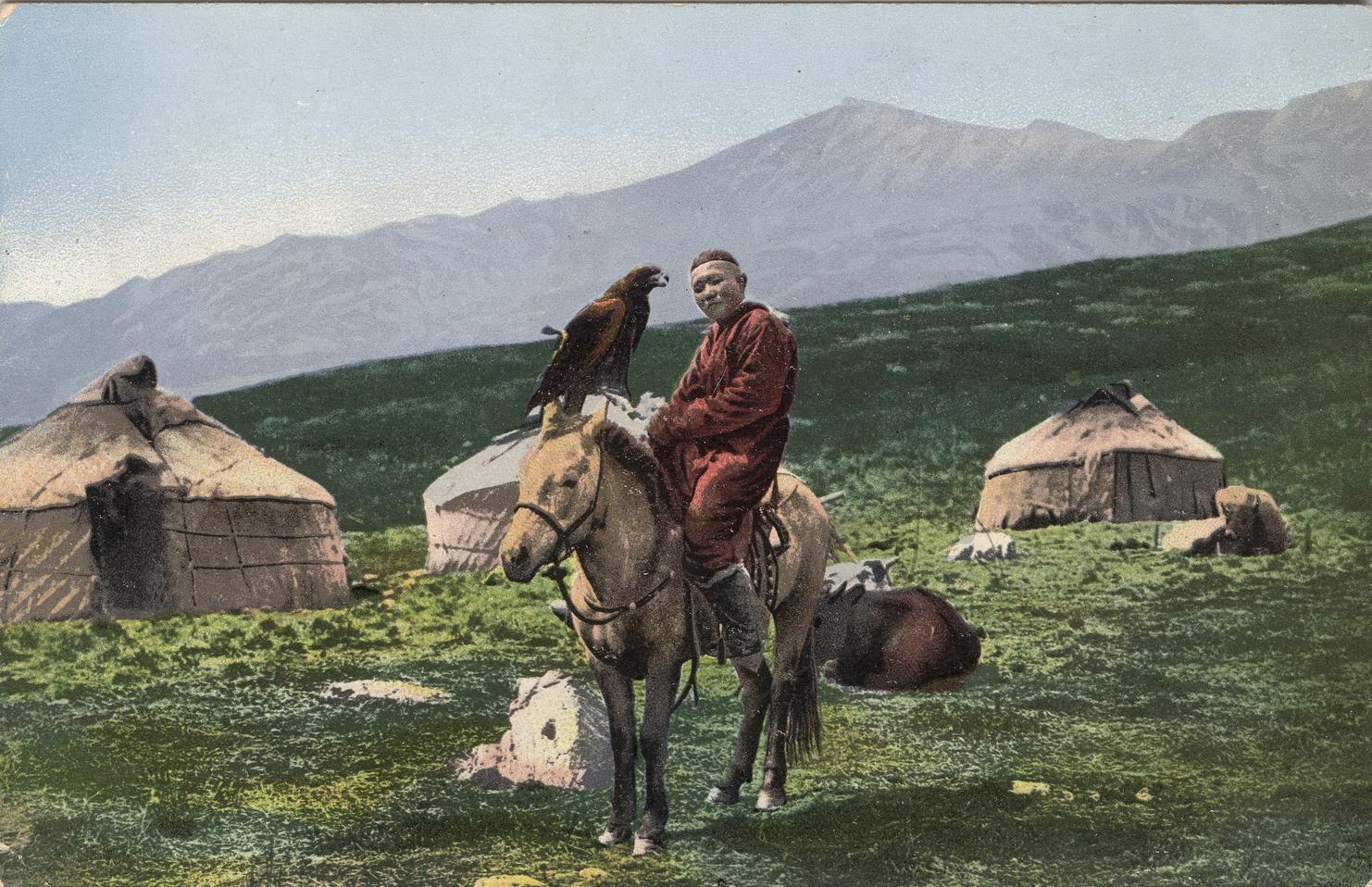 Казах на лошади с беркутом на фоне юрт. Долина реки Аракан, притока Черной Берели
