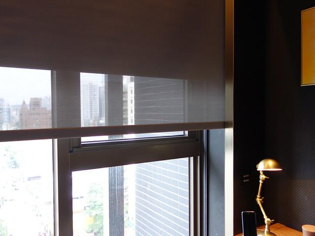 窗邊有電動捲簾@高雄H2O水京棧國際酒店