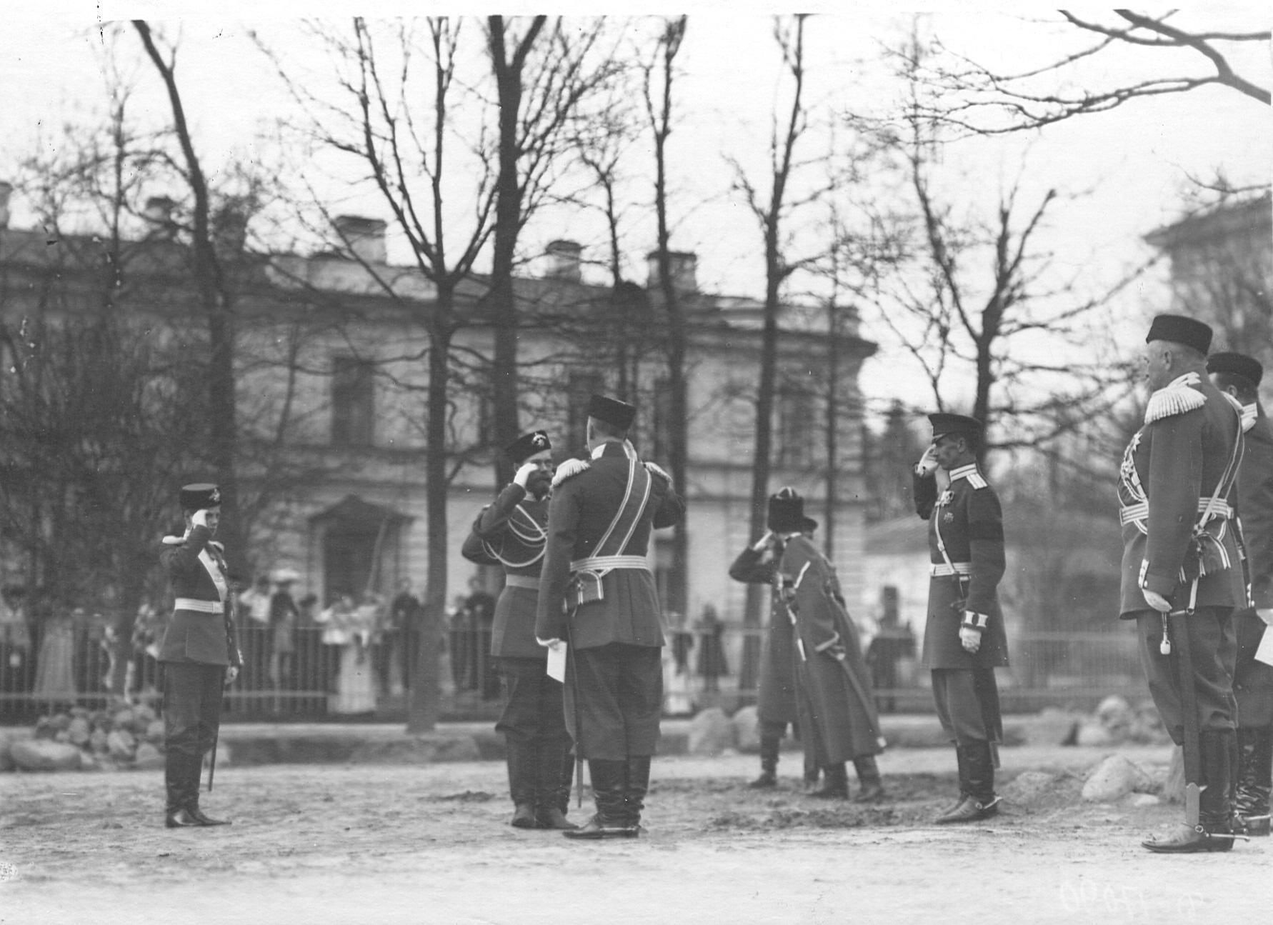 Император Николай II и шеф 2-ого Царскосельского стрелкового батальона великий князь Дмитрий Павлович во время приветствия их командиром батальона в день освящения церкви. 19 ноября (2 декабря) 1904 года