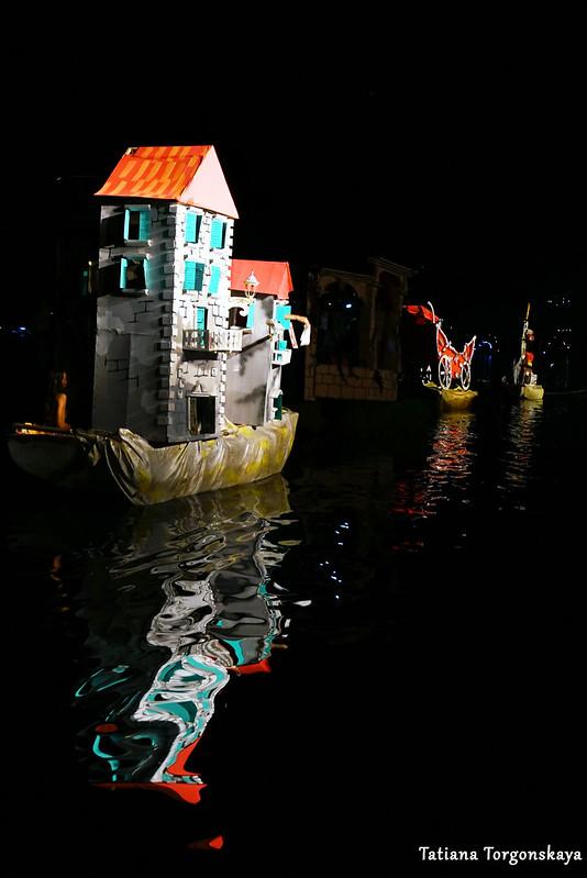 """Карнавальные лодки во время дефиле """"Бокельской ночи 2018"""""""