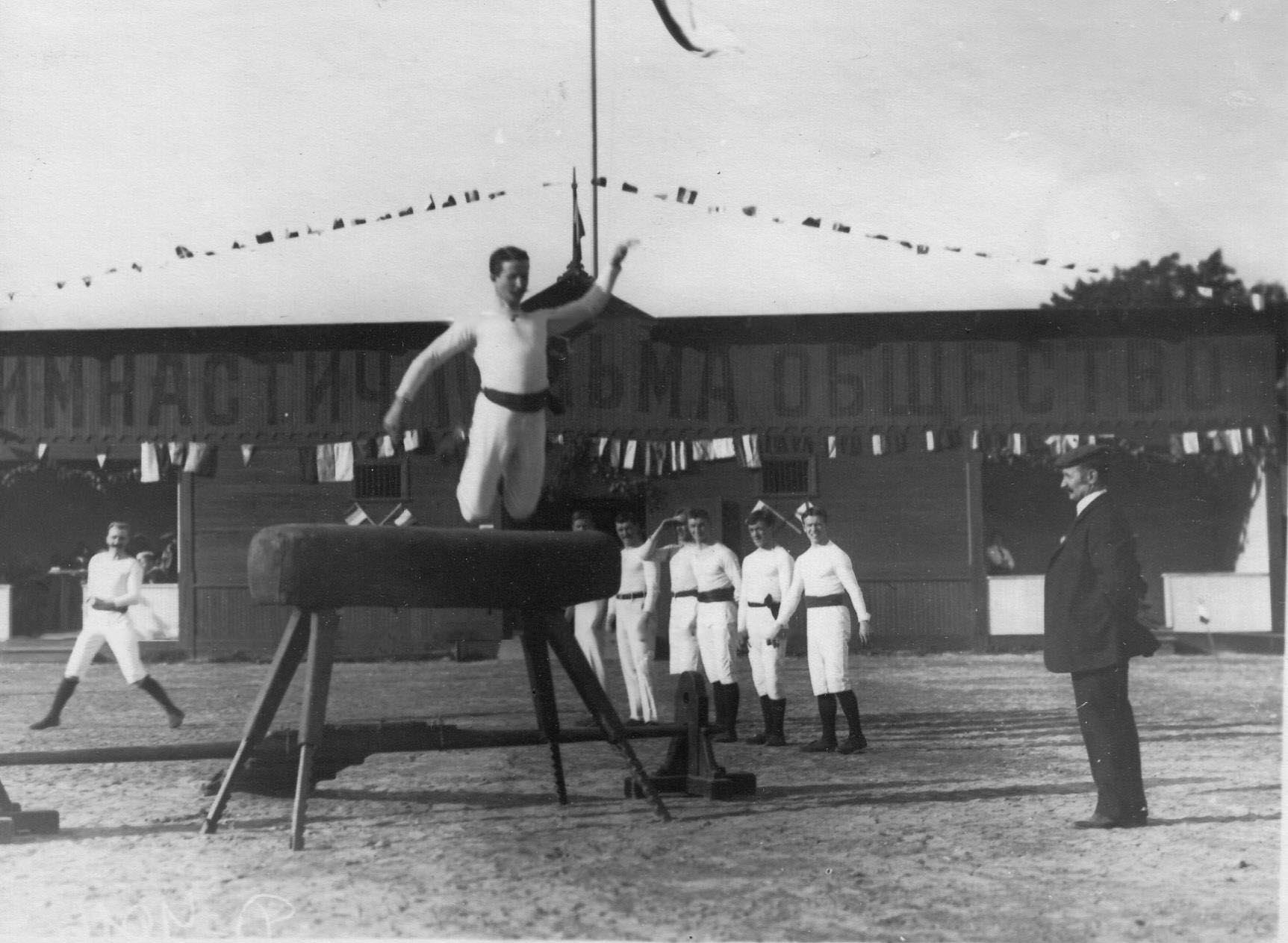 Гимнастические упражнения членов общества «Пальма» на коне с трамплином