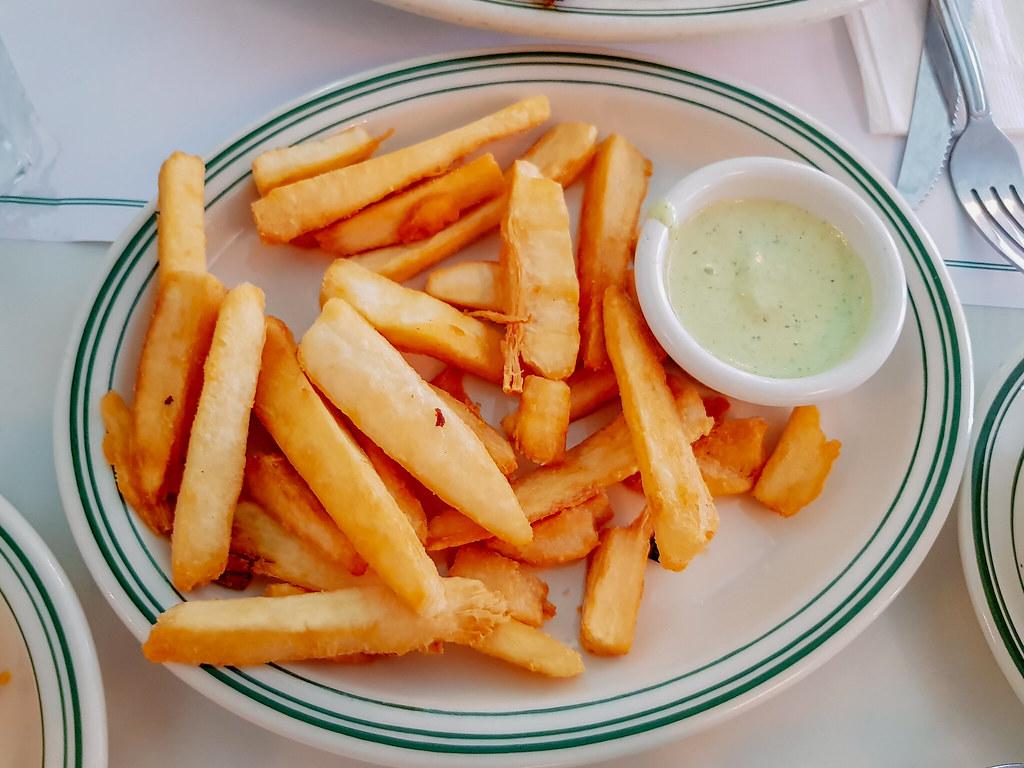 Preparación de las Yucas fritas preparado en un restaurante y acompañado de una salsa blanca. Fotografía proporcionada por Daniela Samaniego.