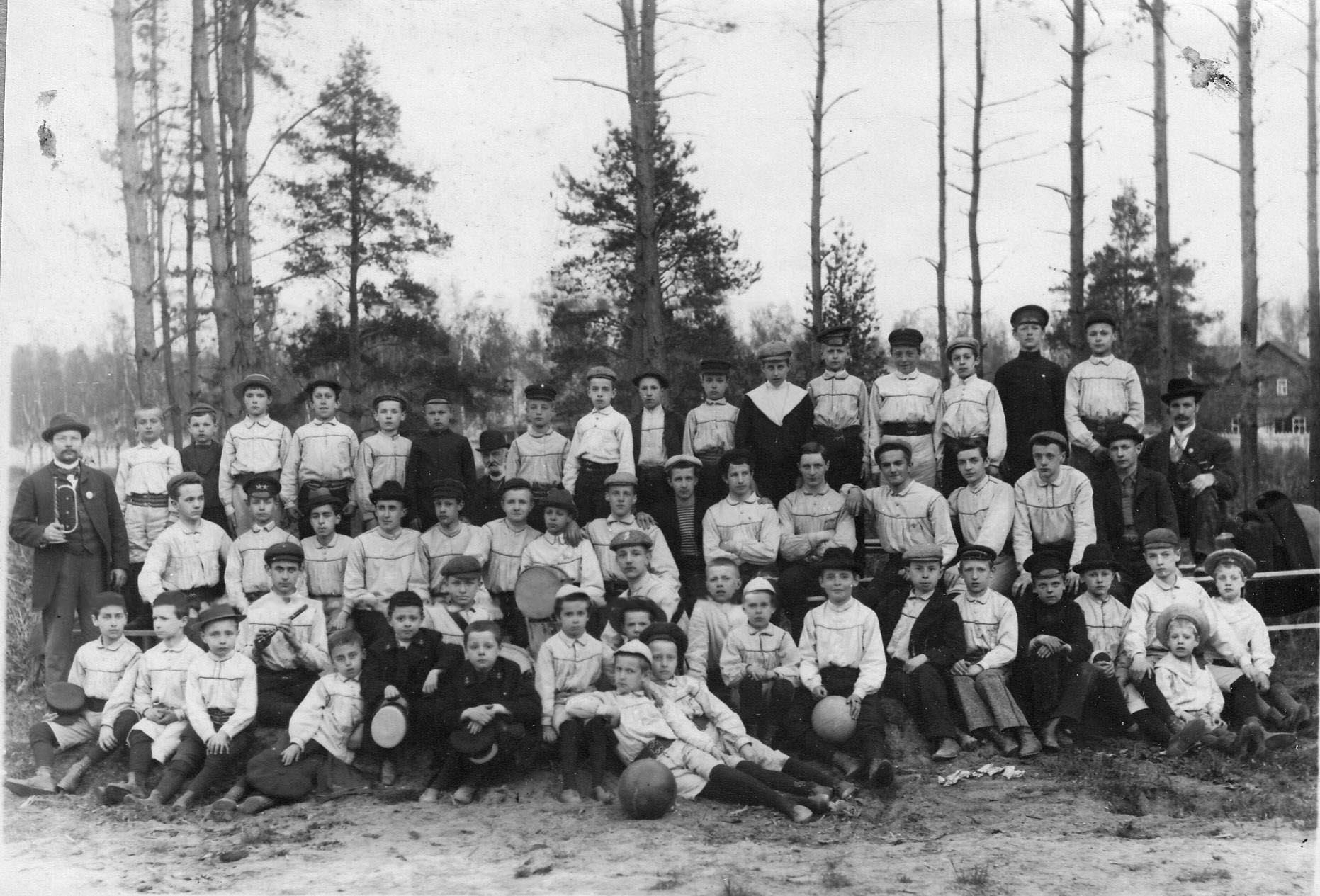 Группа мальчиков, занимающихся гимнастикой при Гимнастическом обществе «Пальма»