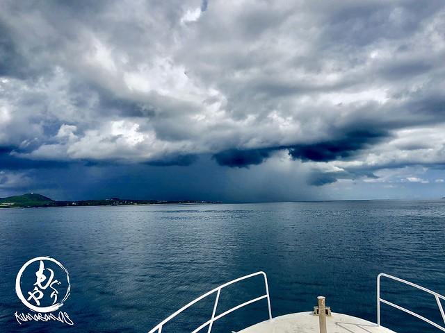 川平から帰ろうとしたら港周辺が嵐。。。あの中に突っ込みたくないなぁとスピード落として対応w