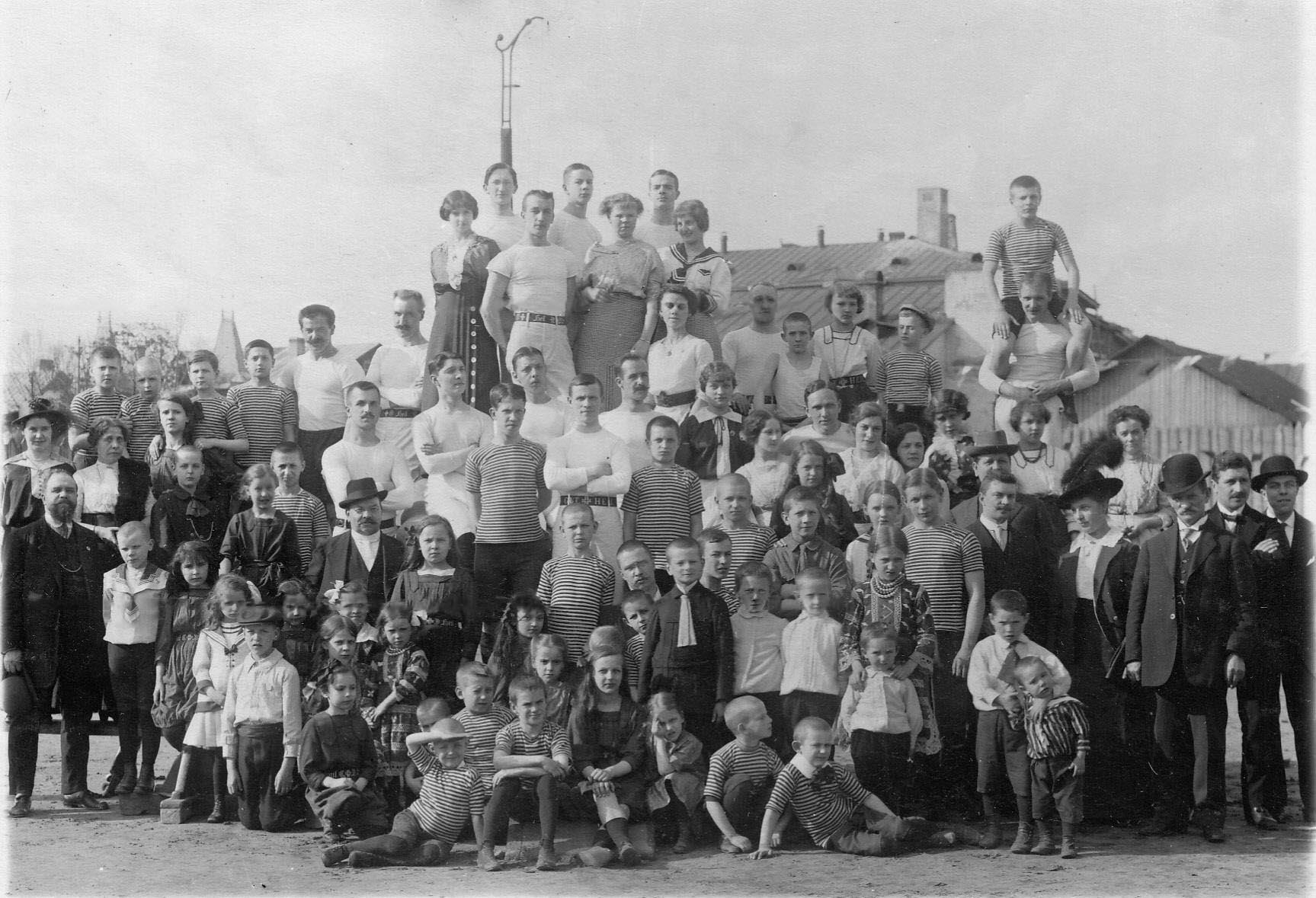 Группа членов Гимнастического общества «Пальма»