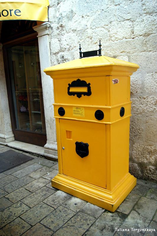 Ящик возле почтового отделения в Старом городе Котора