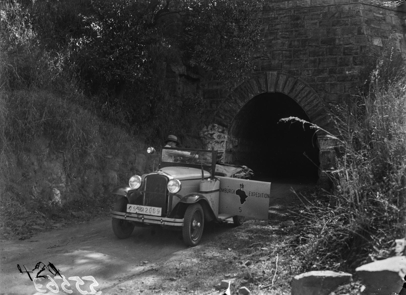 Емгвенья. Автомобиль марки Opel на выходе из туннеля