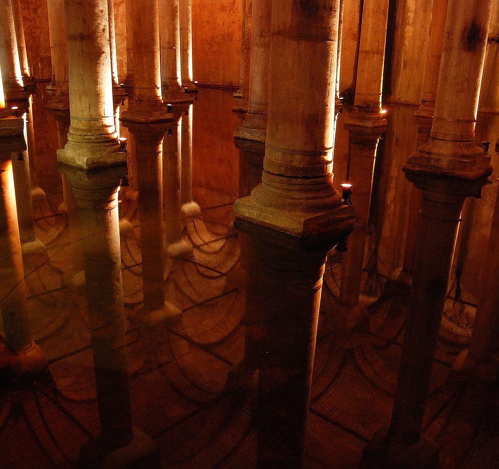 1024px-Basilica_cistern_istanbul_mirror