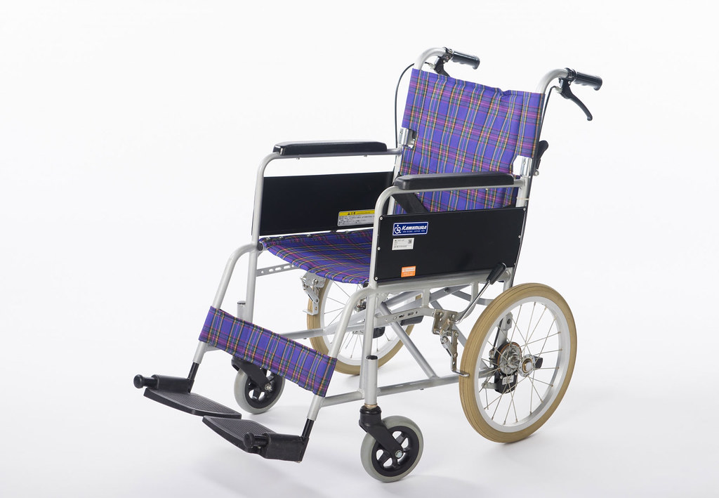 介護士のNG行動3_車椅子のブレーキを足で操作