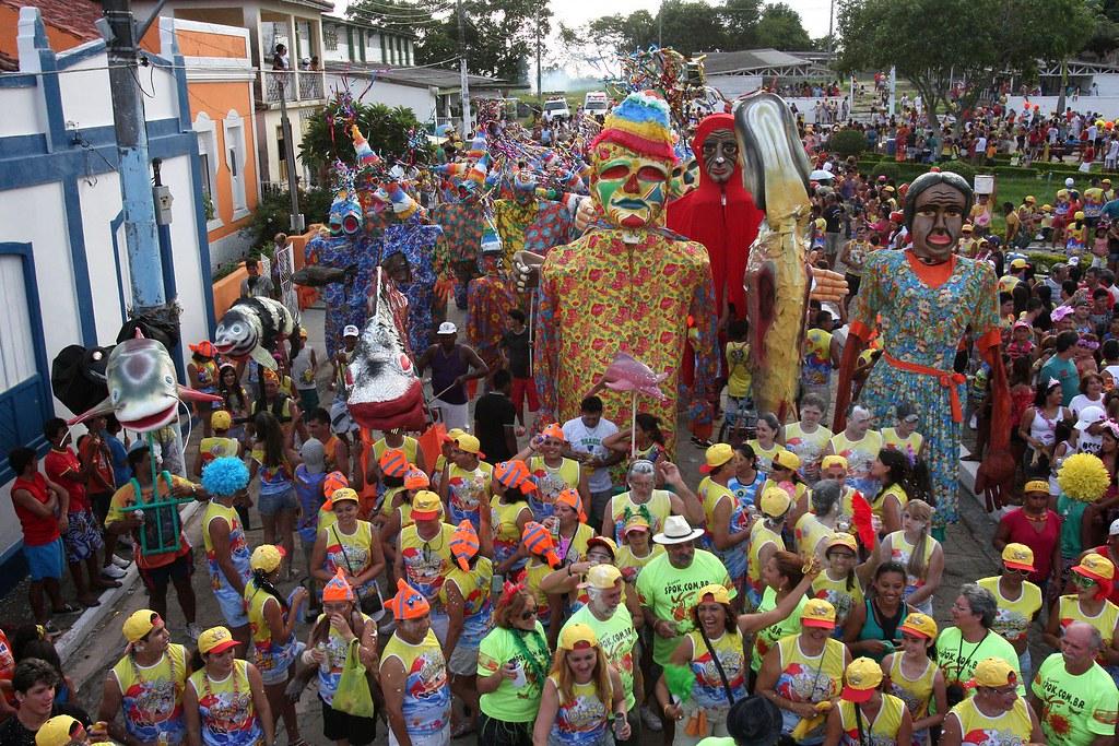 Sem merenda nas escolas, prefeito contrata quatro bandas para o Carnaval