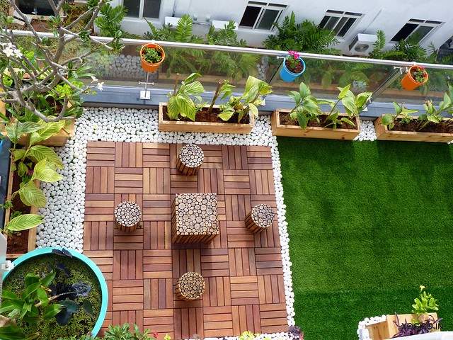 Balcony garden = Artificial grass + wooden deck tiles + pebbles