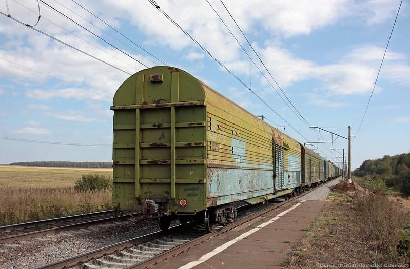 Электровоз ВЛ10у-261 с грузовым составом.