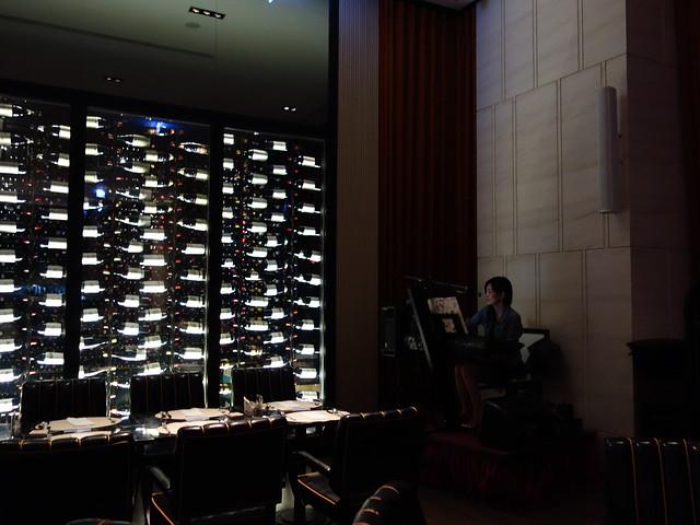 晚上西餐廳有歌手駐唱@高雄H2O水京棧國際酒店
