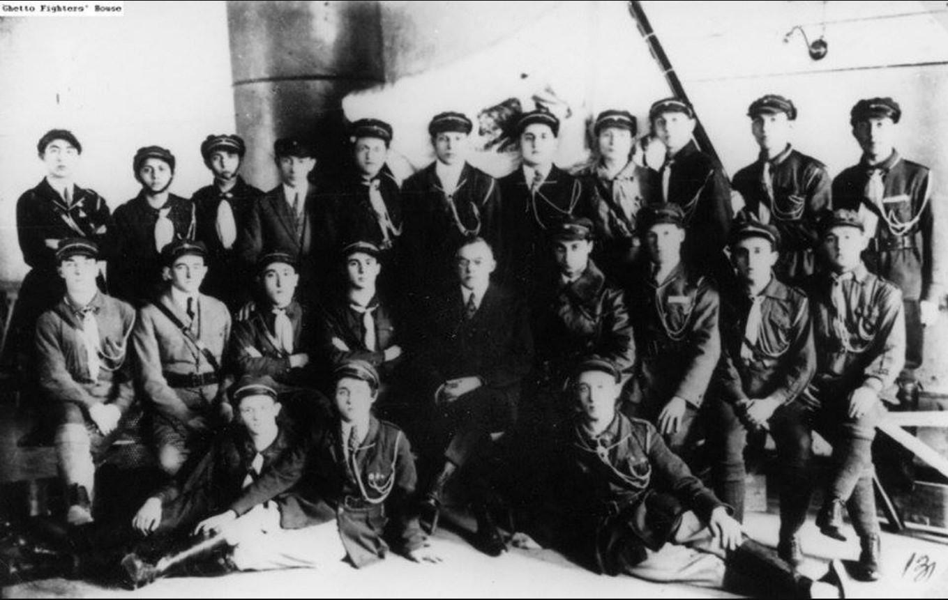 1927. Виленские члены «Бейтара» вместе с Владимиром (Зеев) Жаботинским (в центре),  22 июля