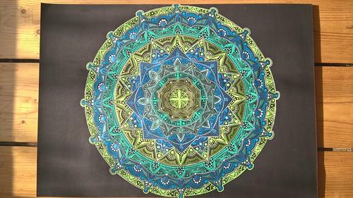 Mandalas mit Gellyrollstiften auf Schwarz