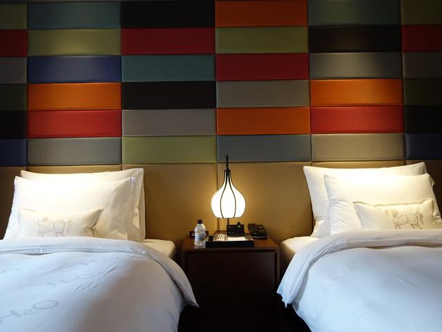 床頭櫃的第一層是電源插座@高雄H2O水京棧國際酒店