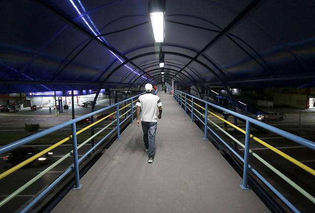 Prefeitura instala iluminação a LED em passarelas para garantir mais segurança aos usuários